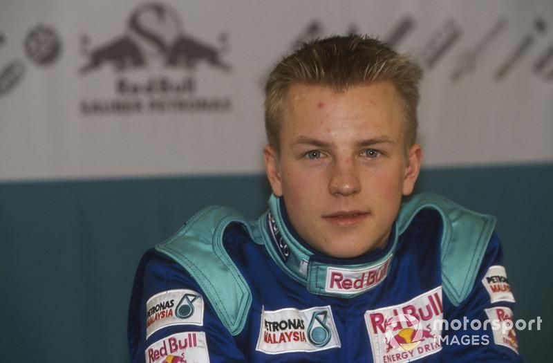 """2001 também teve uma das maiores """"lendas"""" envolvendo Raikkonen nos bastidores da F1. Ele teria sido visto dormindo no motorhome 30 minutos antes de estrear em Melbourne. No programa Top Gear, Raikkonen confirmou a história - em partes. """"Não foi no motorhome. Eu encontrei um lugar legal embaixo de uma mesa. É normal, sempre durmo antes das corridas, há um pouquinho de tempo. Eu gosto de dormir"""""""