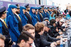 Les pilotes lors de la séance d'autographes avec des des représentants de Saudia