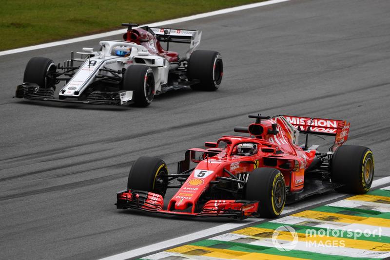 Sebastian Vettel, Ferrari SF71H y Marcus Ericsson, Sauber C37