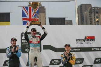 Podium: Racewinnaar Gordon Shedden, Audi Sport Leopard Lukoil Team, tweede plaats Frédéric Vervisch, Audi Sport Team Comtoyou, derde plaats Denis Dupont, Comtoyou Racing