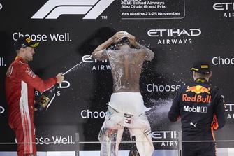 Lewis Hamilton, Mercedes AMG F1, op het podium met Max Verstappen en Sebastian Vettel