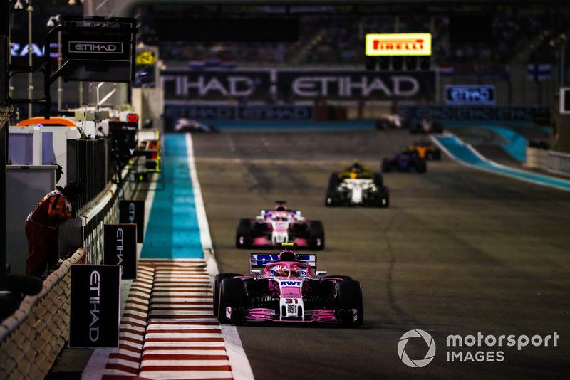 Esteban Ocon, Racing Point Force India VJM11, precede Sergio Perez, Racing Point Force India VJM11