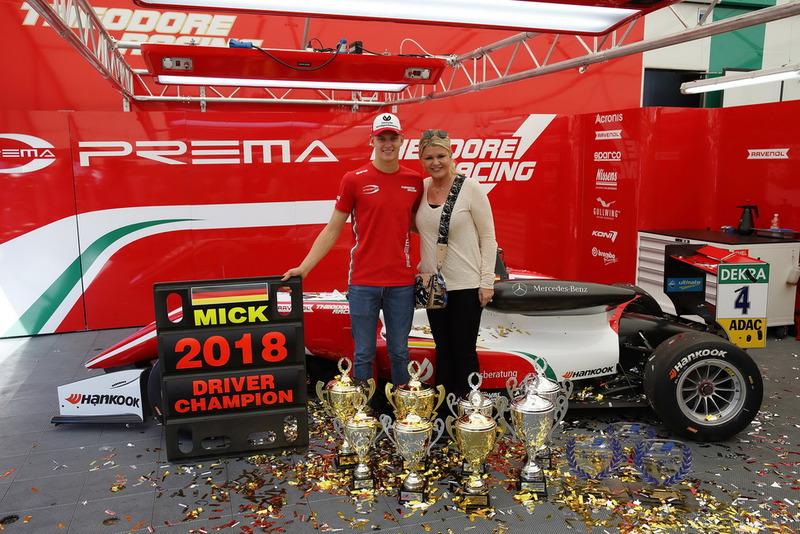 Kampioen Mick Schumacher, PREMA Theodore Racing Dallara F317 - Mercedes-Benz met zijn moeder Corinna Schumacher