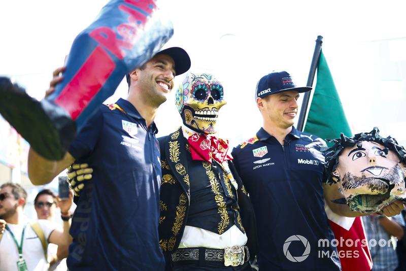 Daniel Ricciardo, Red Bull Racing y Max Verstappen, Red Bull Racing, posan con una calavera