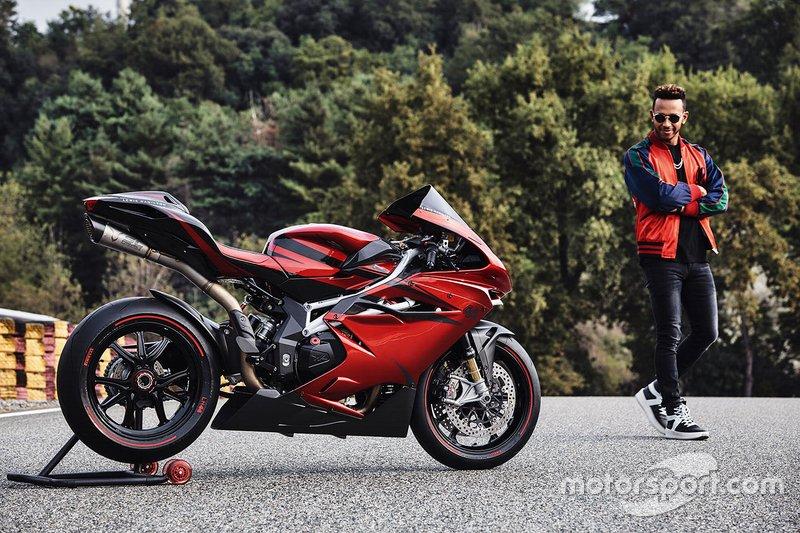 Lewis Hamilton también ha posado muchas veces con motos