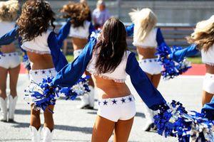 Le Cheerleader dei Dallas Cowboys Cheerleaders si uniscono alle cerimonie pre gara