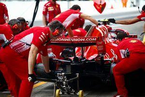 Kimi Raikkonen, Ferrari SF71H, ai box
