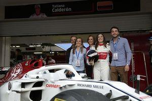 Tatiana Calderon, Sauber C37 testcoureur, met haar familie