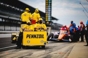 Helio Castroneves, Team Penske Chevrolet, crew members