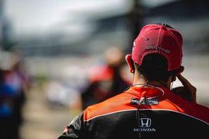 Santino Ferrucci, Dale Coyne Racing with Vasser Sullivan Honda, crew member