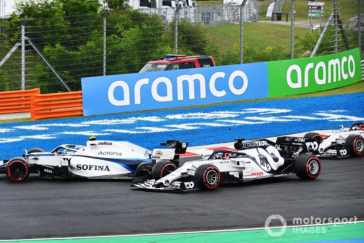 Nicholas Latifi, Williams FW43, hace un trompo frente a Daniil Kvyat, AlphaTauri AT01 y Pierre Gasly, AlphaTauri AT01