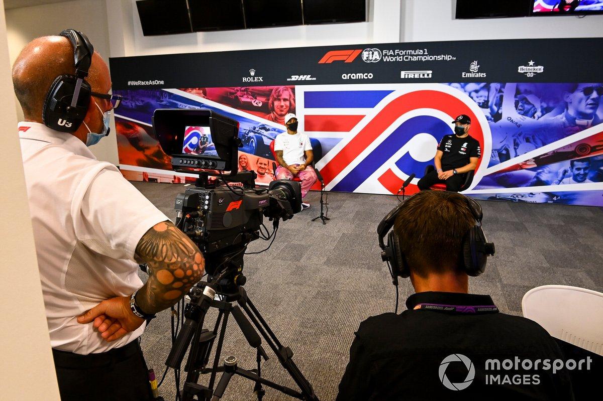 Un camarógrafo filma a Lewis Hamilton, Mercedes AMG F1 y Valtteri Bottas, Mercedes AMG F1 en la conferencia de prensa