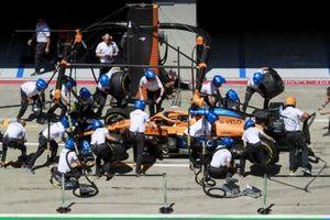 I meccanici della Mclaren provano di Pit Stop con l'auto di Carlos Sainz Jr., McLaren MCL35