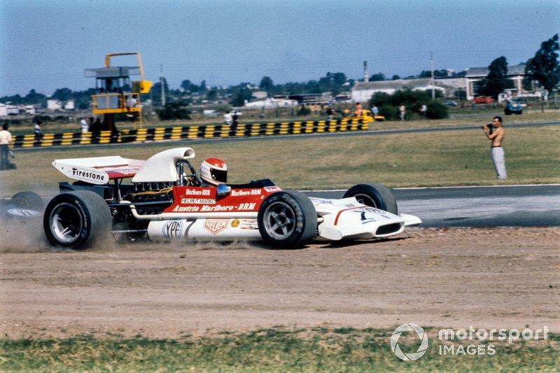 Helmut Marko, BRM P153 patea los escombros fuera de la pista