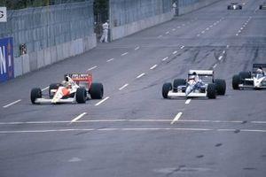 Ayrton Senna, McLaren MP4-5B Honda, precede Jean Alesi, Tyrrell 018 Ford, e Gregor Foitek, Brabham BT58 Judd, al GP degli Stati Uniti del 1990