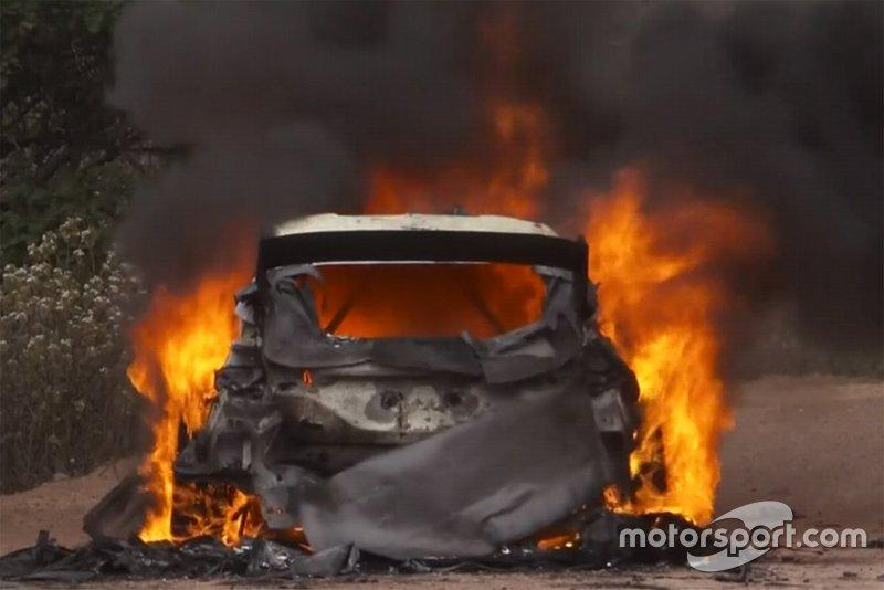 El coche de Esapekka Lappi, Janne Ferm, M-Sport Ford WRT Ford Fiesta WRC, en llamas