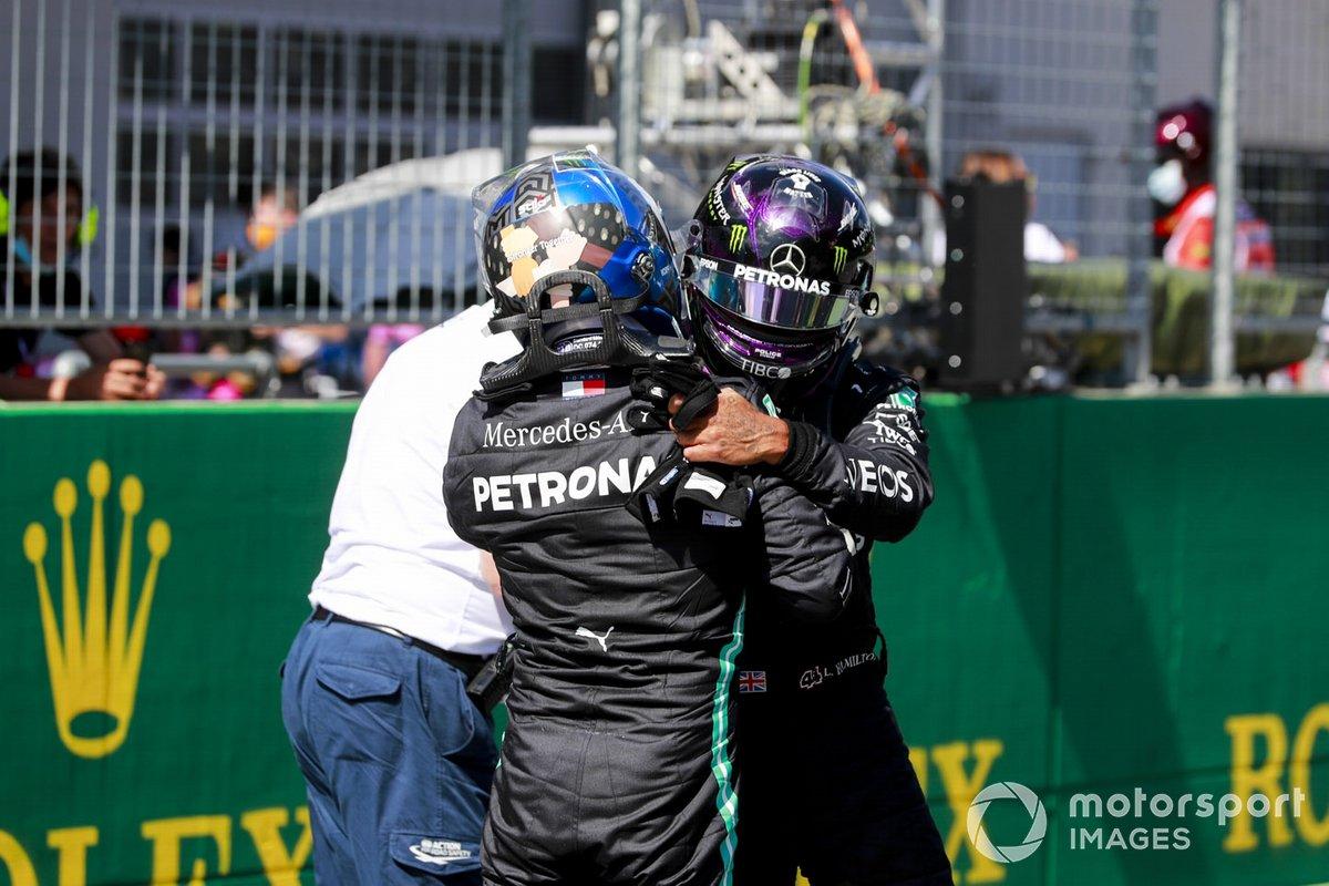 Lewis Hamilton, Mercedes-AMG Petronas F1, si congratula con il pole man Valtteri Bottas, Mercedes-AMG Petronas F1, dopo le Qualifiche