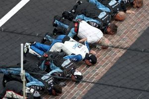 Race Winner Chase Briscoe and Stewart-Haas Racing team celebrate the victory by kissing the bricks