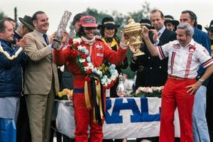 Emerson Fittipaldi celebrates victory with team boss Teddy Mayer