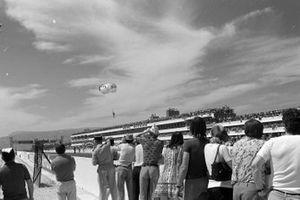 Un paracadutista scende sul tracciato, GP di Francia del 1971