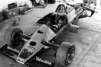 Un Lotus 79 desarmado en los pits