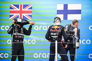 Race Winner Lewis Hamilton, Mercedes-AMG Petronas F1, Max Verstappen, Red Bull Racing and Valtteri Bottas, Mercedes-AMG Petronas F1 celebrate on the podium with the champagne