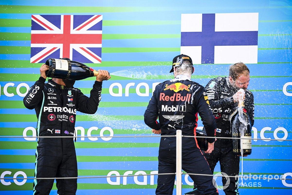 Il vincitore della gara Lewis Hamilton, Mercedes-AMG Petronas F1, Max Verstappen, Red Bull Racing e Valtteri Bottas, Mercedes-AMG Petronas F1 festeggiano sul podio con lo champagne