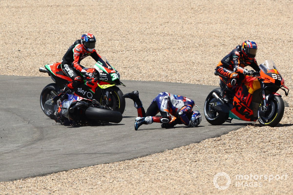 Miguel Oliveira, Red Bull KTM Tech 3 y Brad Binder, Red Bull KTM Factory Racing chocan en la primera curva