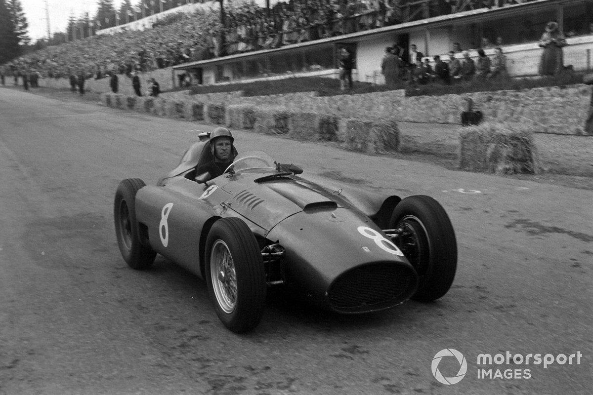 Но если во «внезачетках» Фанхио и Мосс делили победы, то на этапах чемпионата дела у обоих не клеились. Британец победил лишь раз, аргентинец и вовсе не выигрывал. Лидером сезона в Сильверстоун приехал пилот Ferrari Питер Коллинз
