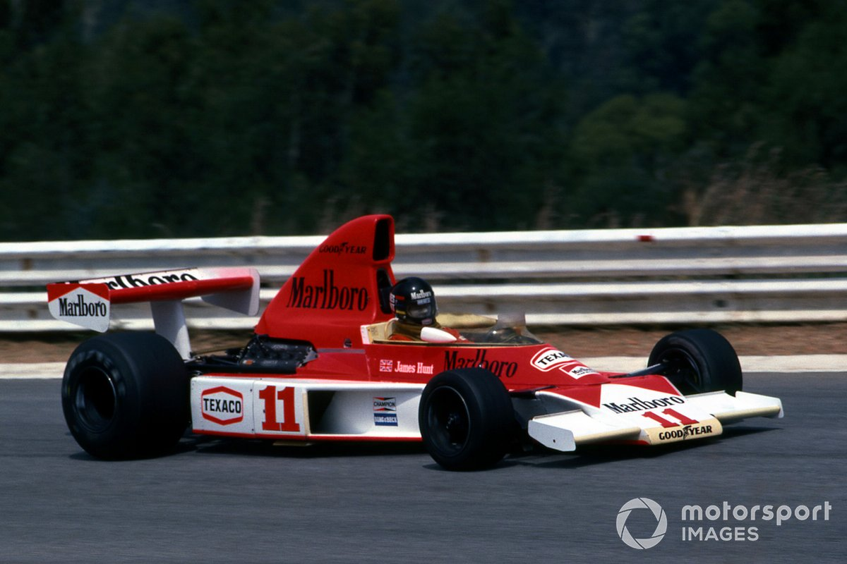 McLaren M23 в конфигурации начала сезона-76. Высокий воздухозаборник еще не запрещен, в понтоне одно входное отверстие