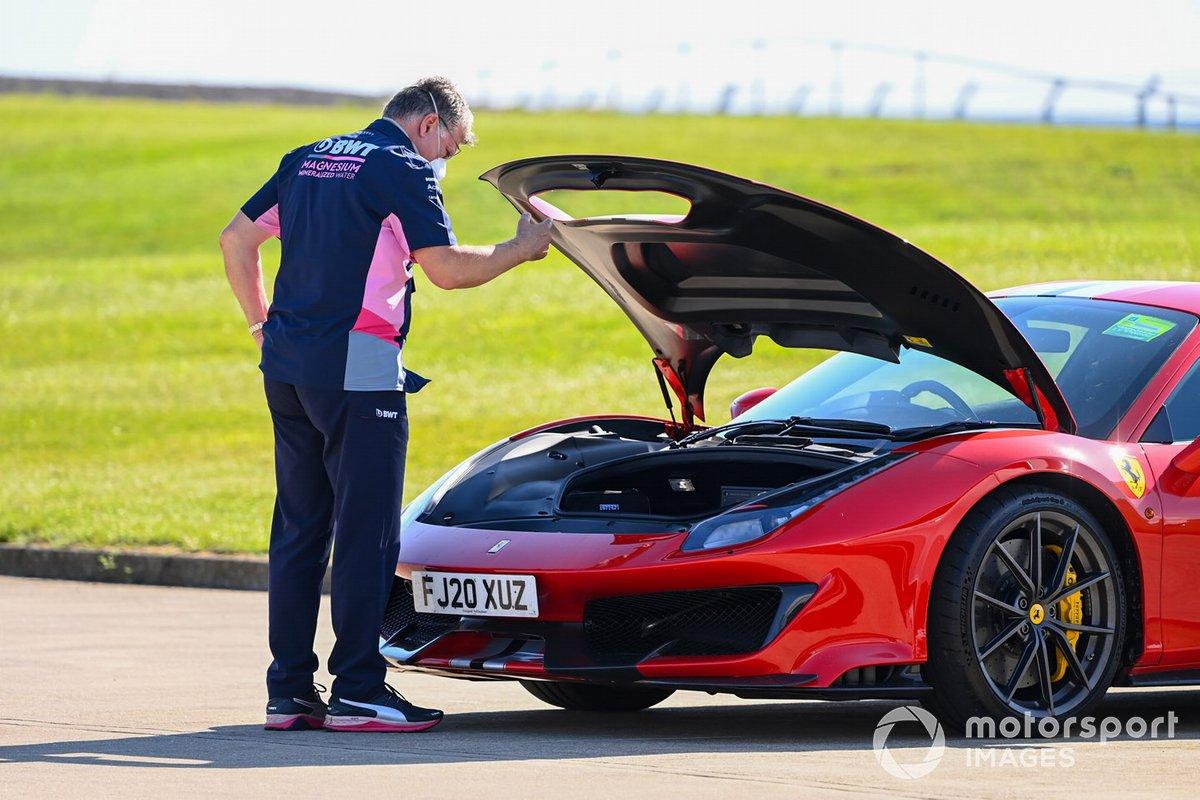 Отмар Сафнауэр, руководитель Racing Point, приехал на трассу на Ferrari