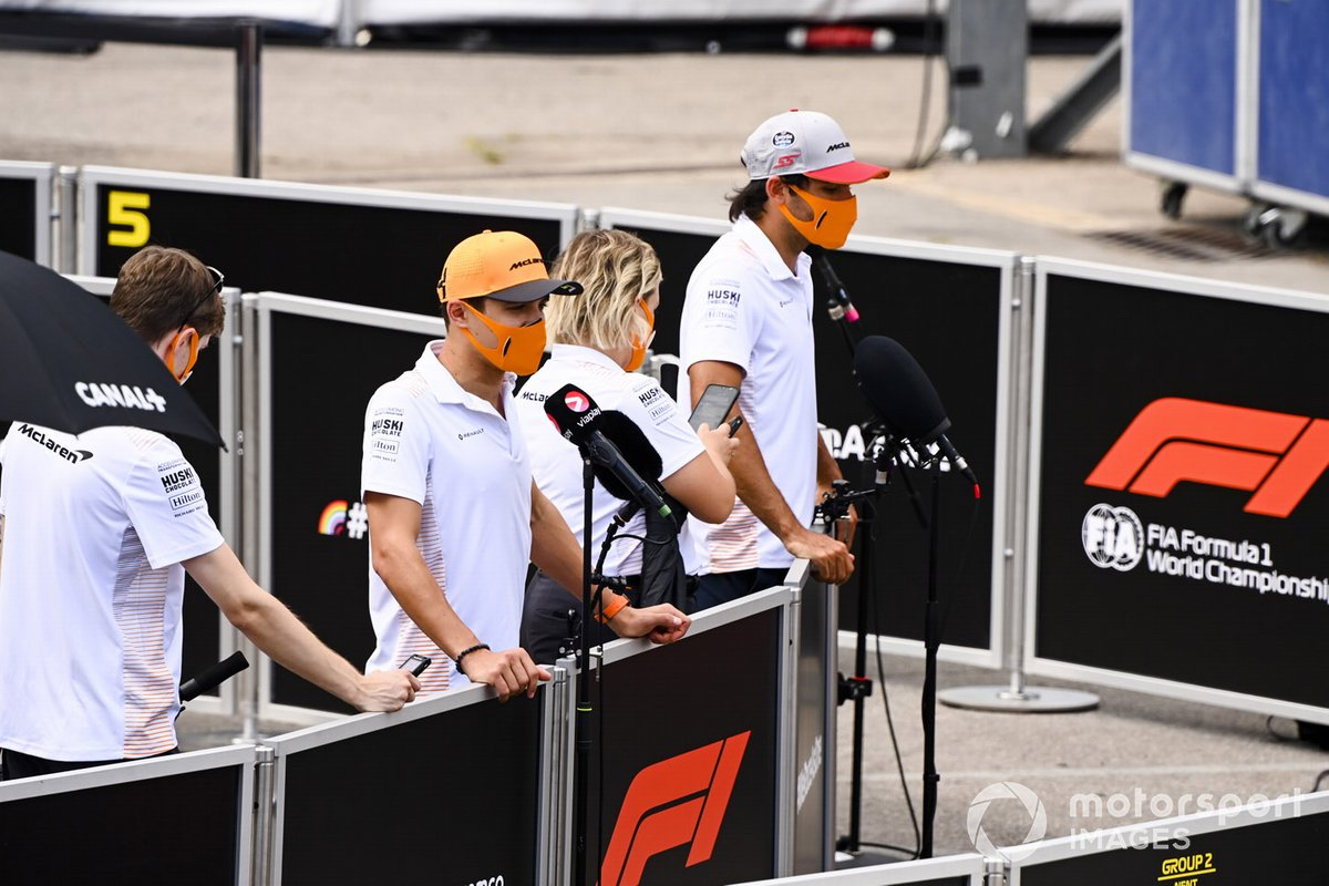 Lewis Hamilton, Mercedes-AMG Petronas F1, Carlos Sainz Jr., McLaren