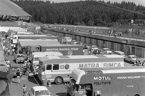 Una vista de los transportes en el paddock