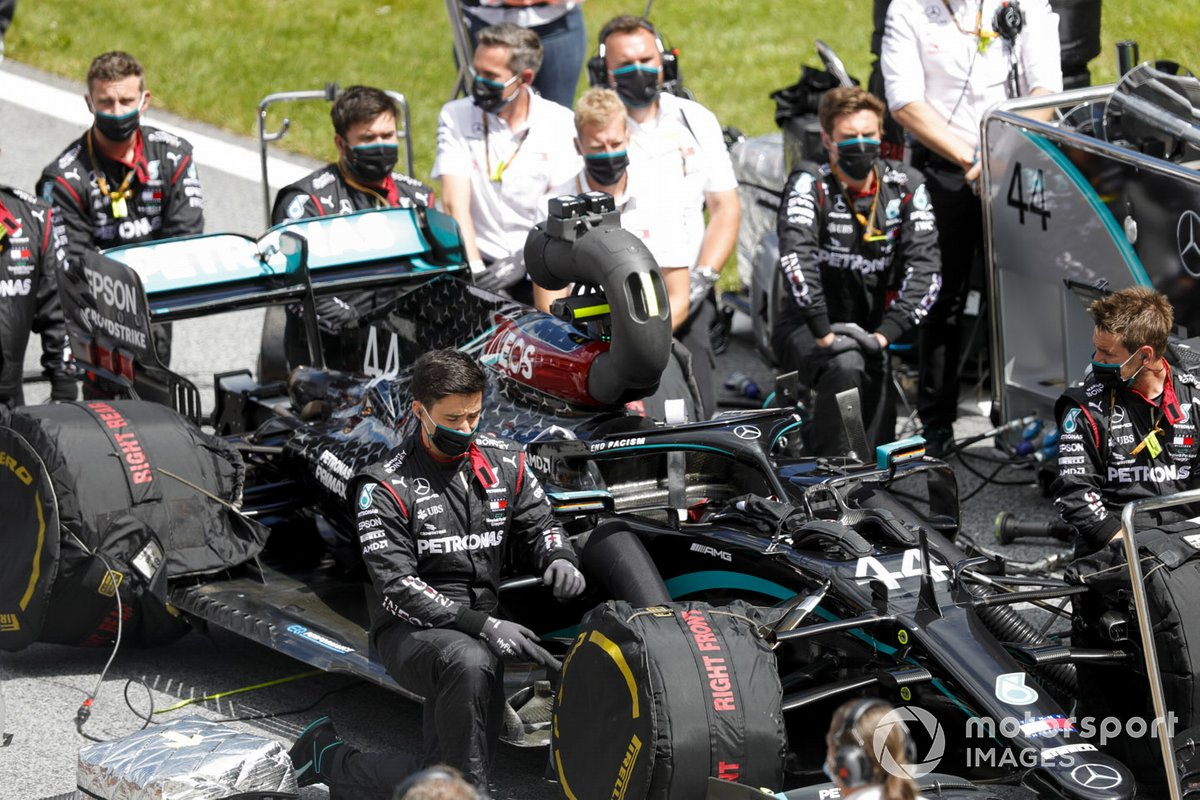 Mercedes mechanics on the grid with the car of Lewis Hamilton, Mercedes F1 W11 EQ Performance