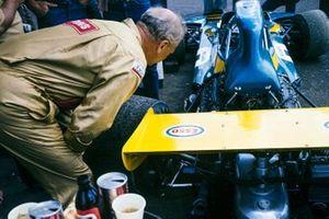 Un mécanicien travaille sur la Brabham BT34 Ford de Graham Hill