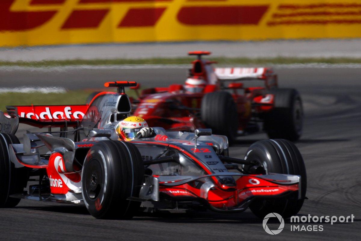 Lewis Hamilton, McLaren MP4-23 Mercedes, precede Kimi Raikkonen, Ferrari F2008, GP della Turchia del 2008