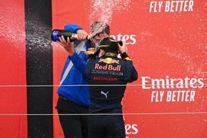 Race Winner Yuki Tsunoda, Carlin celebrates on the podium with the champagne