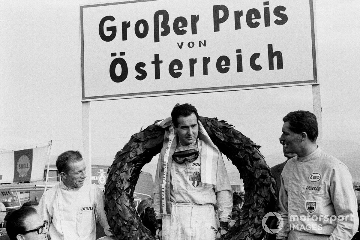 Ричи Гинтер (слева) финишировал вторым, также на подиум ко всеобщему удивлению поднялся Боб Андерсон – бывший мотогонщик, для которого этот успех стал главным достижением за всю недолгую карьеру в Ф1