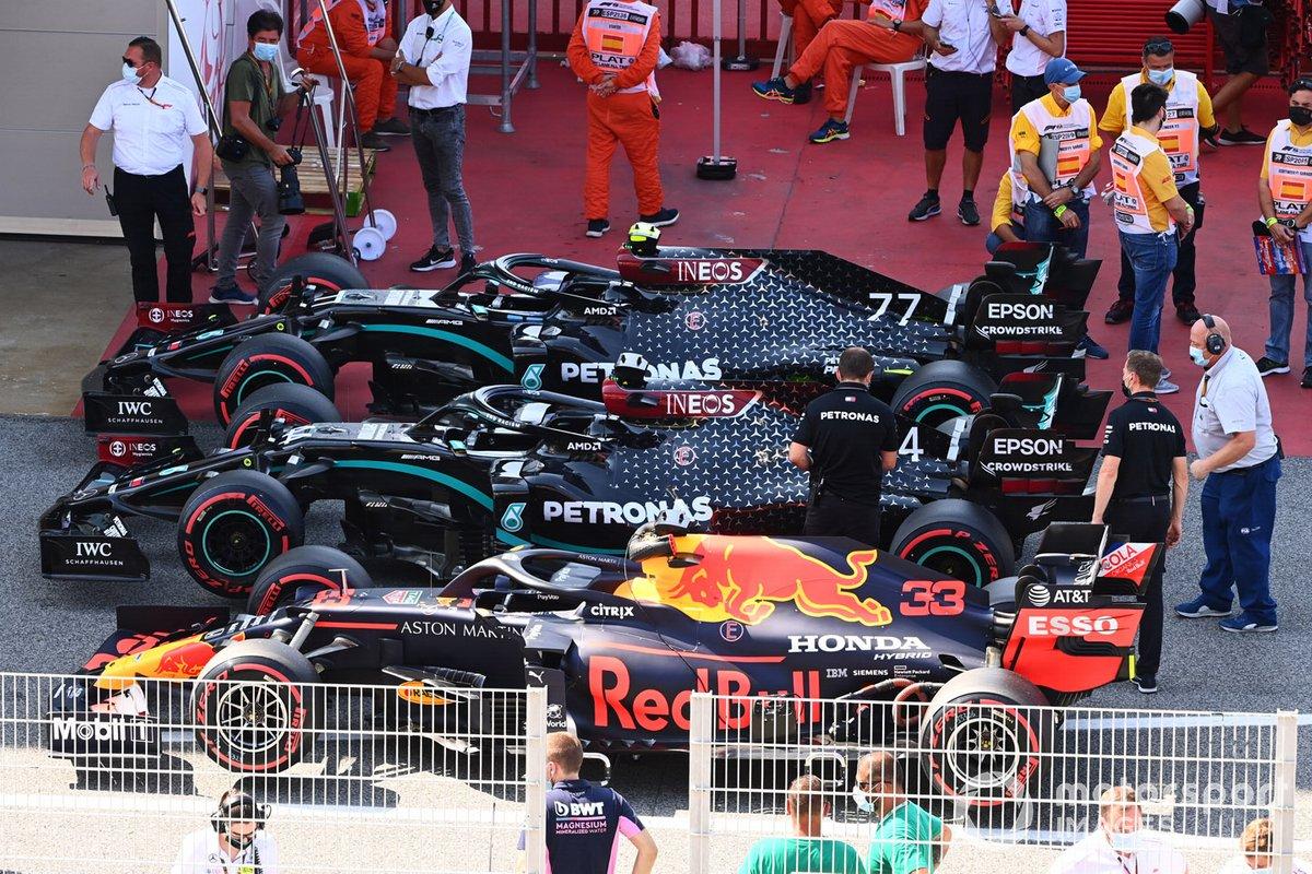 Los monoplazas de Max Verstappen, Red Bull Racing RB16, Lewis Hamilton, Mercedes F1 W11 EQ Performance, Valtteri Bottas, Mercedes F1 W11 EQ Performance, en Parc Ferme