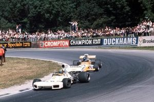 Wilson Fittipaldi, Brabham BT34 Ford leads Mike Beuttler, March 721G Ford