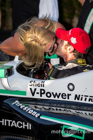 Race winner and 2016 champion Simon Pagenaud, Team Penske Chevrolet gets a kiss from his girlfriend