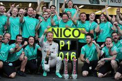 Yarış galibi Nico Rosberg, Mercedes AMG F1 takım ile zaferini kutluyor