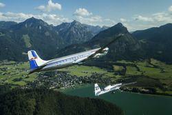Hannes Arch escorte le Douglas DC-6B avec l'équipe Red Bull Racing vers le Red Bull Ring