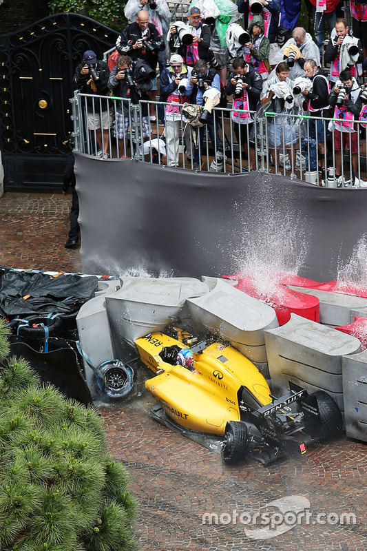 5. Jolyon Palmer, Renault Sport F1 Team RS16 crashes out of the race