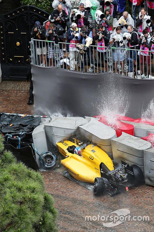 حادث جوليون بالمر، فريق رينو للفورمولا واحد الذي تسبب بخروجه من السباق