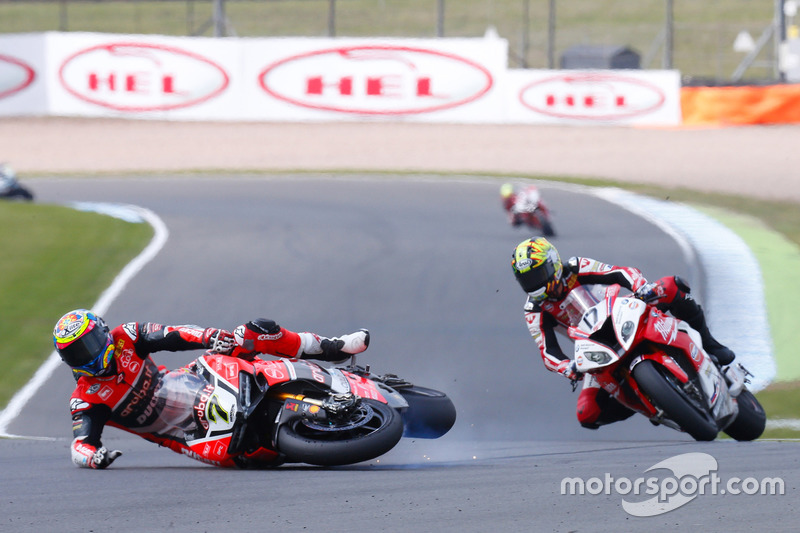 Chaz Davies, Aruba.it Racing - Ducati Team, cade davanti a Karel Abraham, Milwaukee BMW