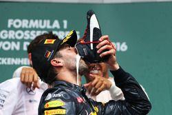 Podio: Daniel Ricciardo, Red Bull Racing celebra su segunda posición bebiendo champán de su bota
