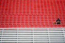 Yalnız bir seyirci yarışın tekrar başlamasını bekliyor