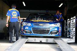 Auto de Chase Elliott, Hendrick Motorsports Chevrolet, durante la inspección