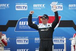 Podium: racewinnaar Thed Björk, Polestar Cyan Racing, Volvo S60 Polestar TC1